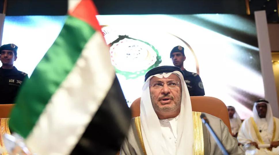 ماذا وراء إنشاء الإمارات قاعدة بجزيرة يمنية دون علم هادي؟