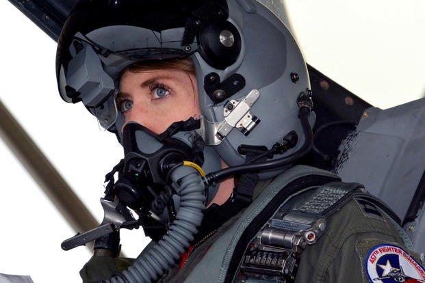 طيار لمقاتلة من طراز F-16