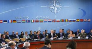 الأمين العام لحلف الناتو ينس ستولتنبرغ (C) يخاطب اجتماع وزراء دفاع الناتو في مقر الحلف في بروكسل في 10 شباط 2016 (رويترز)