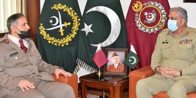 قائد القوات البرية القطري سعيد حصين الخيارين، مع رئيس الأركان الباكستاني قمر جاويد باجوا