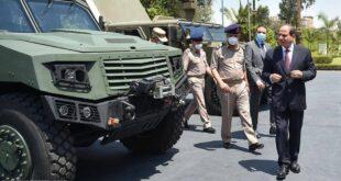 الرئيس المصري يتفقد مدرعة مصرية تصنع محلياً (صور)