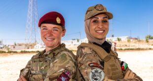 سيدات في الجيش البريطاني يقمن بتدريبات على المهارات العسكرية في الأردن