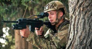 جندي يستخدم نظام ARCAS (قناة سكاي نيوز)
