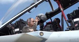 د. خالد العطية يقوم بتجربة الطائرة المقاتلة أبابيل